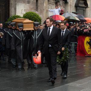 Niki Laudan pojat johtivat hautajaiskulkuetta.