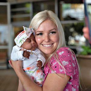 Hoitaja pitelee sylissään Saybie-vauvaa San Diegossa sijaitsevassa sairaalassa.