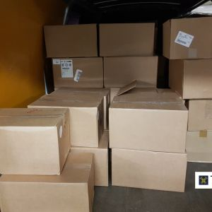 PAhvilaatikoita pakettiautossa.