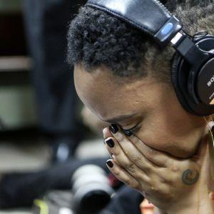 Pettynyt nainen hautaa kasvonsa käsiinsä.