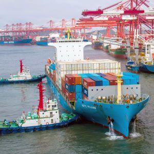 Konttialuksia satamassa Kiinan Qingdaossa.