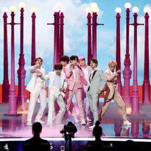 Korealainen BTS esiintyy Got Talent tv-ohjelmassa Lontoossa.