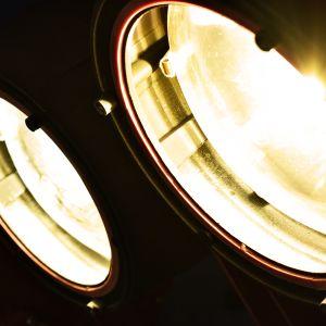 Keinoaurinko pyrkii matkimaan oikean Auringon säteilyä mahdollisimman tarkasti.