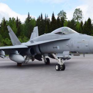 Hornet -hävittäjä Pirkkalassa.