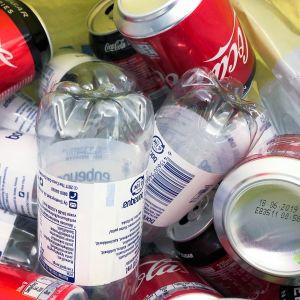Tyhjiä pulloja ja tölkkejä pussissa.