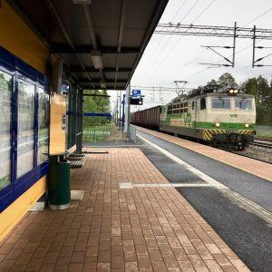 Juna saapuu Oulun suunnasta Kempeleen pysäkille.