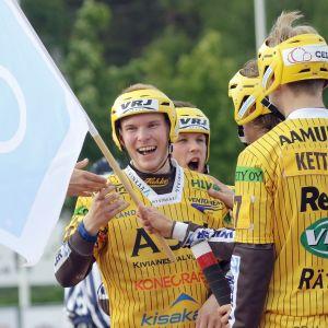 Hyvinkään Kalle-Tapio Huusko juhlii pesäpallon miesten Superpesiksen ottelussa Hyvinkään Tahko - Kiteen Pallo.
