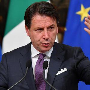 Italian pääministeri Giuseppe Conte uhkasi viime perjantaina erota tehtävästään, jos hallituspuolueet Lega ja Viiden tähden liike eivät hillitse keskinäistä riitelyään esimerkiksi suhteessa budjettivajeeseen.