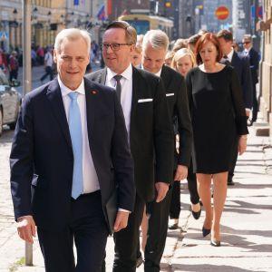 Antti Rinteen uusi hallitus saapuu preseidentinlinnaan.
