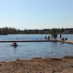 Uimareita Kemin Takajärvenrannalla kesäkuun alun helteissä 2019.