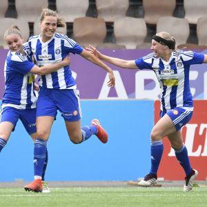 Emmaliina Tulkki (kesk.) juhlii maaliaan joukkuetovereidensa Jutta Rantalan (vas.) ja Hanna Ruohomaan kanssa