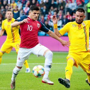 Tarik Elyounoussi (Norja) ja Dragos Grigore (Romania) taistelivat pallosta.