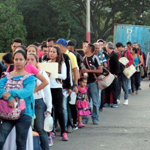 Tuhannet venezuelalaiset jonottivat Simon Bolivar -sillalla pääsyä Kolumbian puolelle Cucutan kaupunkiin lauantaina, kun maiden välinen raja aukesi neljän kuukauden jälkeen.