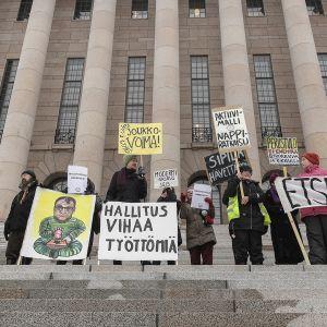Mielenosoittajia Eduskuntatalon portailla maaliskuussa 2018.