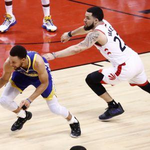 Golden State Warriorsin ja Toronto Raptorsin pelaajat taistelevat pallosta NBA:n finaalissa.