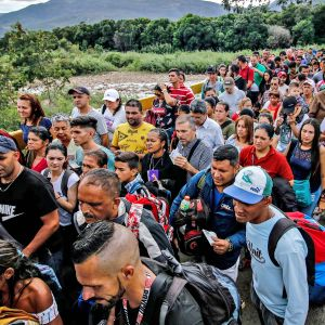 Ihmiset jonottavat pääsyä Venezuelasta Kolumbiaan Simon Bolivarin kansainvälisellä sillalla 9. kesäkuuta 2019.