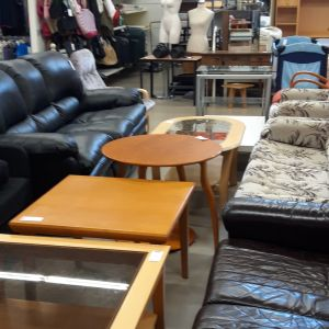 SPR:n myymälä, jossa sohvia, pöytiä ja vaatteita.