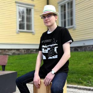 Tuukka Waris istuu cajon-soittimensa päällä