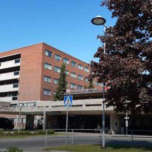 Sairaalan pääsisäänkäynti ja parkkipaikka