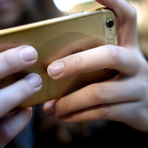 Nuori tyttö käyttää älypuhelinta