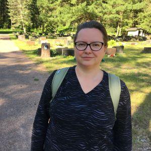 Sosiaalihistorioitsija, kuolemantutkija Ilona Pajari vapaa-ajattelijoiden hautausmaalla Kotkassa.