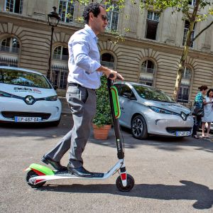 Keski-ikäinen mies liikennöi sähköpotkulaudan avulla Pariisin keskustassa 19. heinäkuuta.