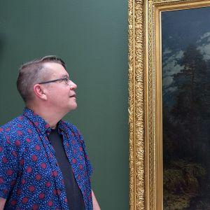 Mies katsoo Hjalmar Munsterhjelmin maalausta taidemuseossa