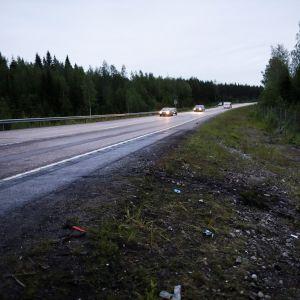 Romua ja liukumajälkiä onnettomuuspaikalla Ysitiellä Jämsässä 13. kesäkuuta 2019. Yksi ihminen kuoli ja kolme loukkaantui vakavasti kahden henkilöauton rajussa nokkakolarissa Jämsässä torstaina.