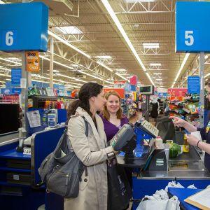 Asiakkaita Walmartin myymälässä