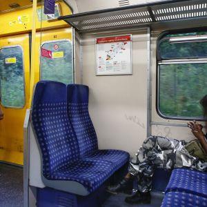 Pitäisikö tässä jutellakin? Tässä junamatkalaisia Lontoossa heinäkuussa 2017.