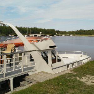 Kuvassa m/s Mässkär laiturissa Pietarsaaren Vanhassa satamassa.