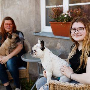 Dagnyn äiti Kylli käy usein tyttärensä luona kylässä. Mukana kulkevat myös ranskanbulldoggit Lumi ja Saara.
