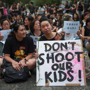 Joukko hongkongilaisia äitejä vetosi torstaina poliisiin, etteivät he käyttäisi voimakeinoja protestoiviin nuoriin.