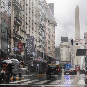 Näkymä kadulta Buenos Airesista sähkökatkoksen aikana sunnuntaina.