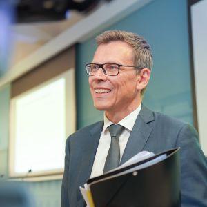 Uuden ennusteen esitteli ministeriön ylijohtaja Mikko Spolander.