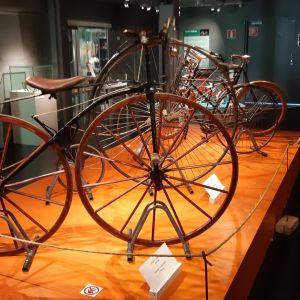 Vanhoja polkupyöriä Tornionlaakson maakuntamuseossa.