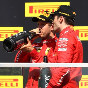 Sebastian Vettel ja Charles Leclerc Kanadan GP:n palkintojenjakotilaisuudessa.