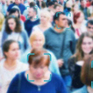 Epätarkkakuva ihmisjoukosta, kasvoissa etsimet. Kuvituskuva.