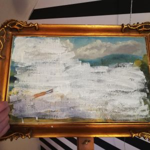 Vanhan öljyvärityön päälle maalataan valkoista pohjamaalia.