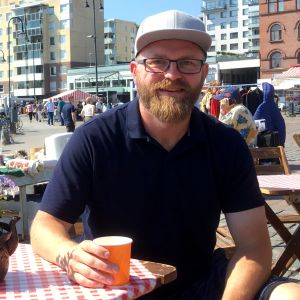 Hiihtovalmentaja Markus Vuorenmaa istuu torikahvilassa