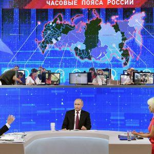Vladimir Putin Suora linja -ohjelman studiossa.
