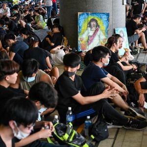 Mielenosoittajia kerääntyi lauantaiaamuna Hongkongin aluehallinnon toimistokompleksiin.