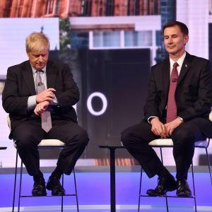 Kisan ennakkosuosikki on aiemmin ulkoministerinä toiminut Boris Johnson. Häntä vastassa on nykyinen ulkoministeri Jeremy Hunt.
