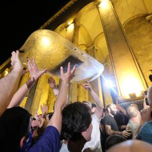 Mielenosoittajia Tbilisin parlamenttitalolla 20. kesäkuuta.
