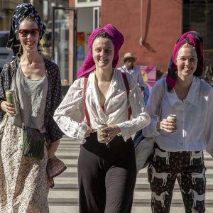 Riikka Leinonen, Brigita Krasniqi, Vilma Kosonen matkalla Harjuntorin saunasta.