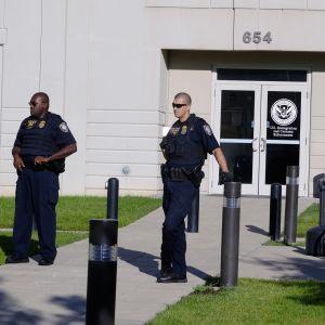 Poliisit vartioivat maahanmuuttoa valvovan viraston sisäänkäyntiä Kentuckyn Louisvillessä
