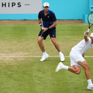 Henri Kontinen ja John Peers voittivat brittiparin Lontoon ATP-turnauksen toisella kierroksella tunnin ja 26 minuuttia kestäneessä ottelussa.