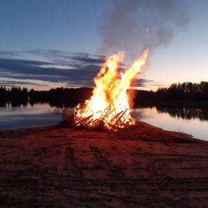 Kokko palaa juhannusaattona Keski-Suomessa.