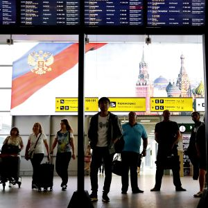 Matkustajia Šeremetjevon kansainvälisen lentoaseman D-terminaalissa.