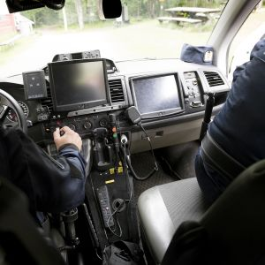 Poliiseja poliisiautossa.